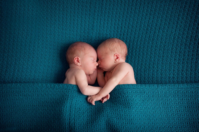 jumeaux qui se tiennent la main