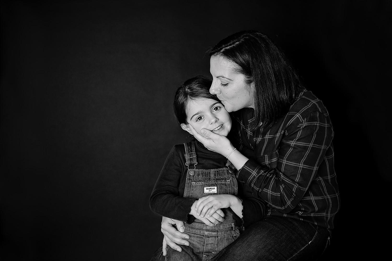 maman et petite fille bisou fête des mères caen