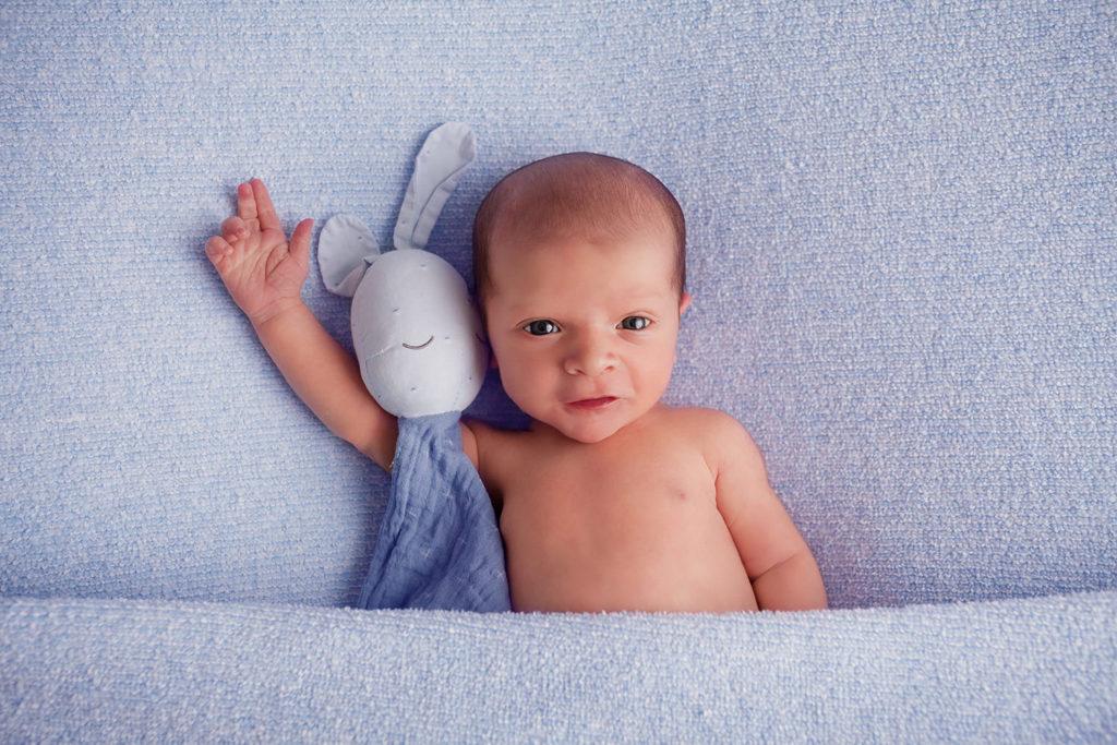 photo nouveau né avec doudou