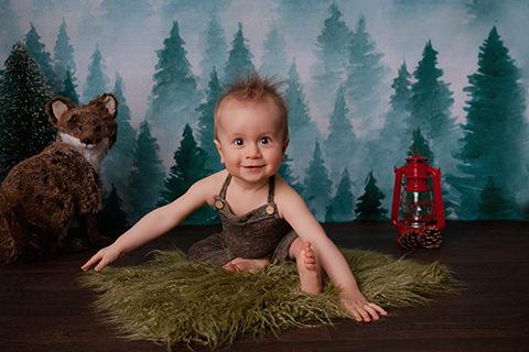 séance photo studio bébé dans un décor de forêt